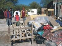 Mansilla con parte de su familia en el momento del desalojo compulsivo ordeado pro el Juez Mansilla