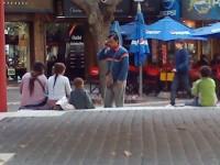 En Mendoza, Argentina, una práctica habitual...pellizca al bebé para dar lástima y mendigar