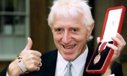 Jimmy Savile exhibe la condecoración que le otorgara el Vaticano