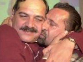 Con un amigo cuando ganó la primera elección, ahora contrincante